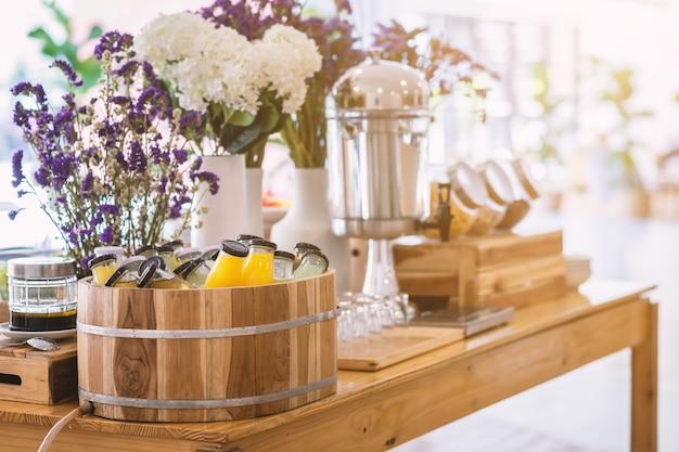 Linha de buffet de pequeno-almoço orgânico cru coloque na garrafa de bebida de suco um pronto-a-bebida prensado a frio a mesa de jantar