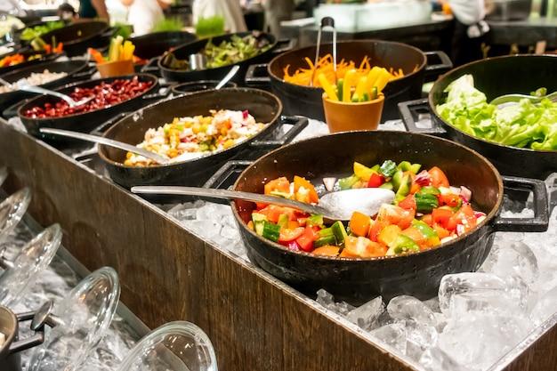 Linha de buffet de salada mista