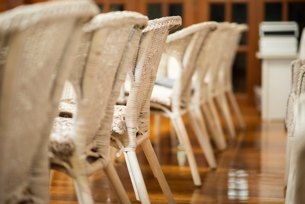 Linha de cadeiras de casamento branco