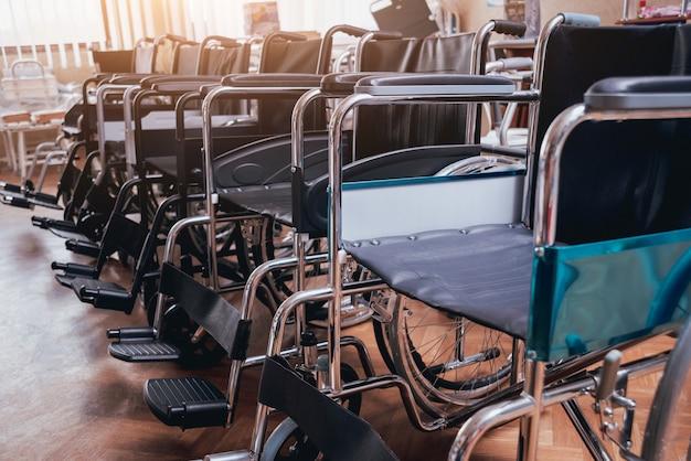 Linha de cadeiras de rodas vazias no hospital