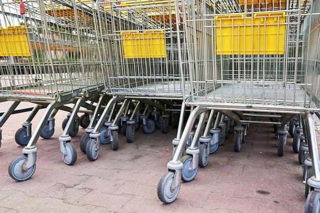 Linha de carrinho de compras vazio perto de uma loja, close-up