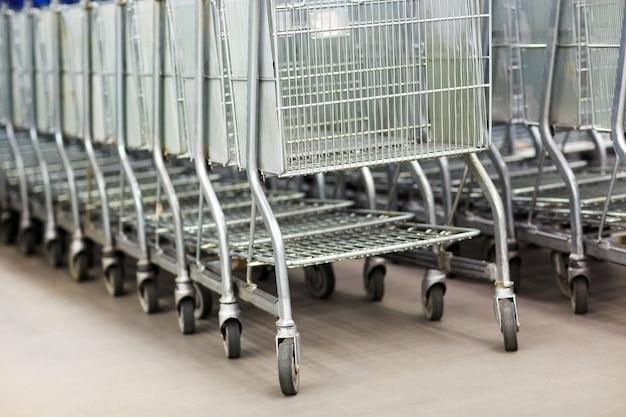 Linha de carrinhos de compras na entrada do supermercado
