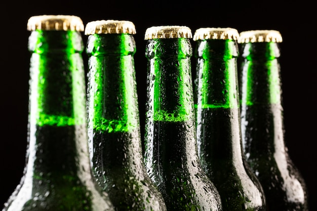 Linha de close-up de garrafas de cerveja