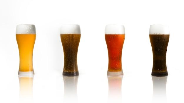 Linha de copos de cerveja