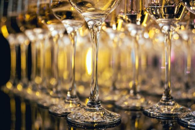 Linha de copos de vinho. um restaurante.