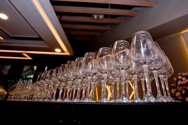 Linha de copos de vinho