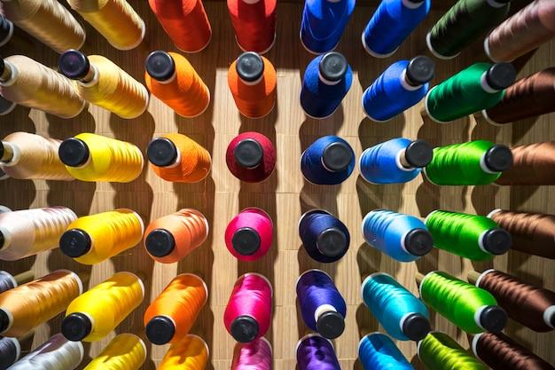 Linha de costura na indústria. processo de bordado para criar padrões em têxteis.