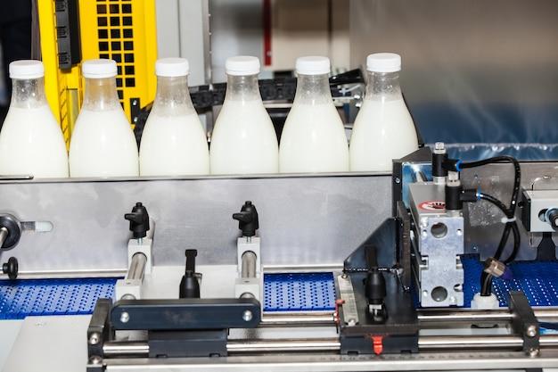 Linha de embalagens de garrafas na indústria de leite