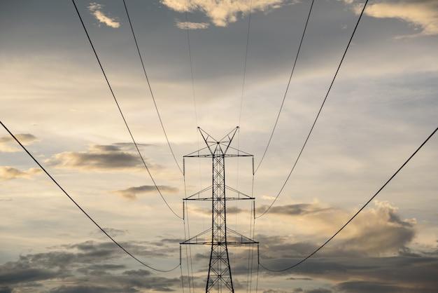 Linha de energia elétrica e torre