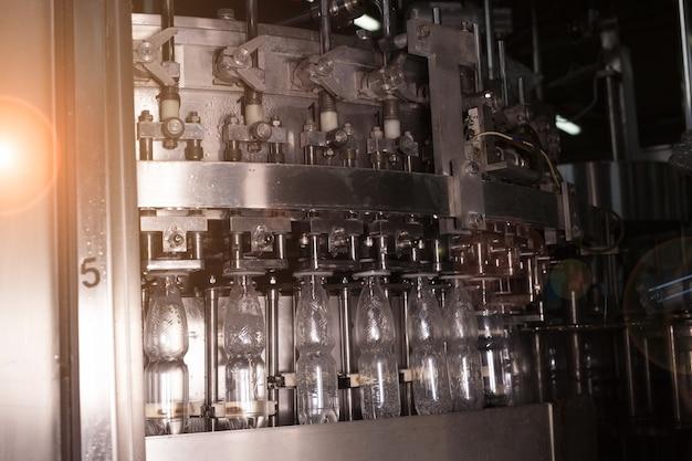 Linha de engarrafamento de água de fábrica de água para processamento e engarrafamento de água mineral pura em pequenas garrafas