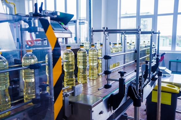Linha de engarrafamento de óleo de girassol em garrafas. planta de produção de óleo vegetal. alta tecnologia.