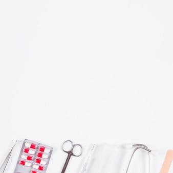 Linha de equipamentos médicos em fundo branco