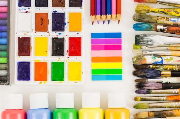 Linha de escovas sujas de vista superior com material de pintura