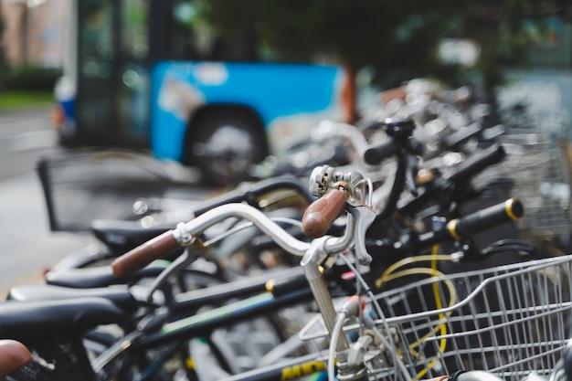 Linha de estacionamento de bicicletas na beira da estrada em rack de metal