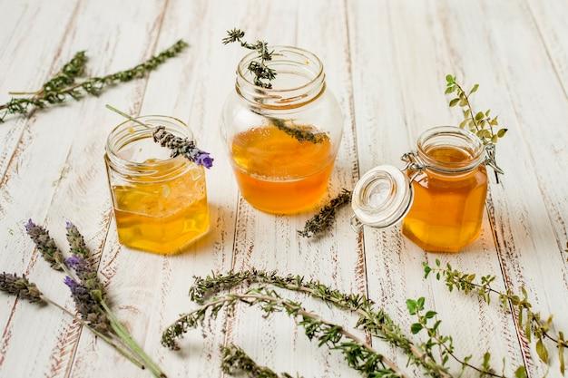 Linha de frascos de mel com folhas