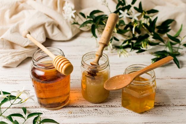 Linha de frascos de mel