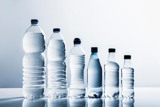 Linha de garrafas de água