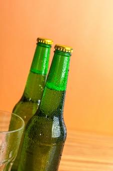 Linha de garrafas de cerveja