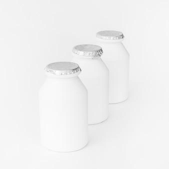 Linha de garrafas de leite seladas