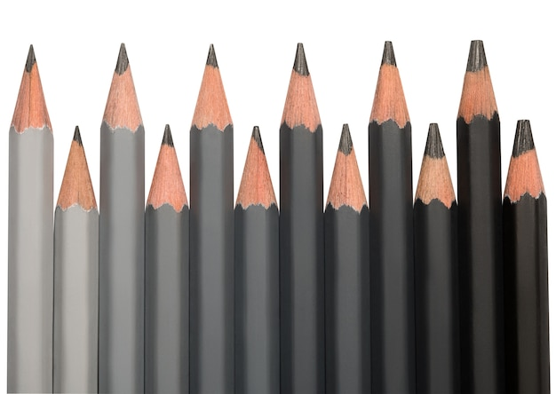 Linha de lápis de grafite pretos com diferentes durezas coloridas de cinza claro a preto.