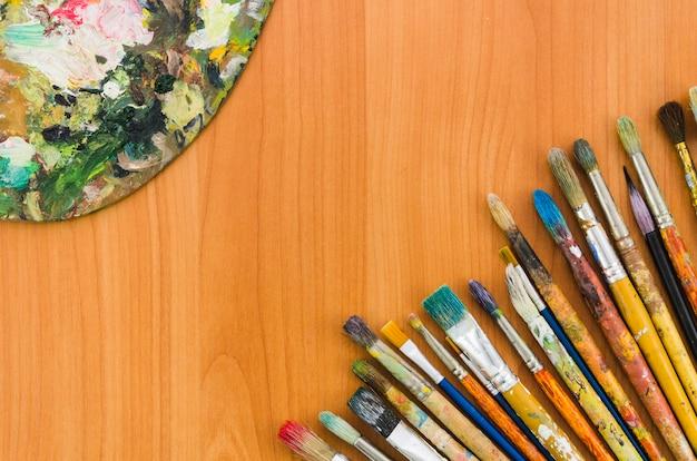 Linha de lápis suja de vista superior com paleta