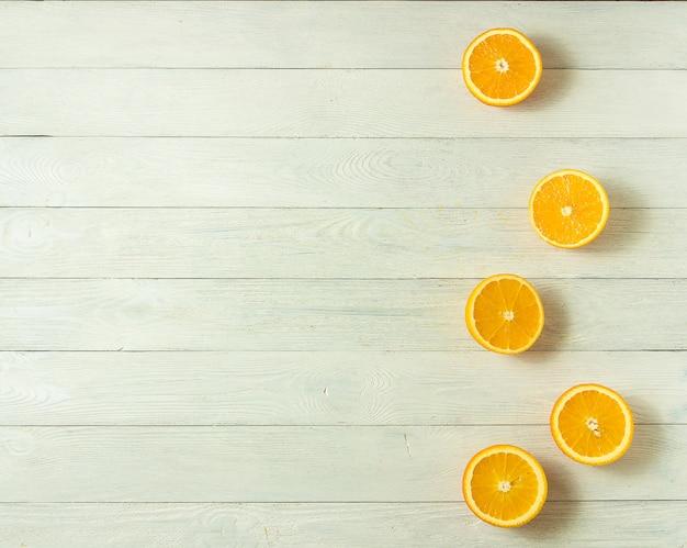 Linha de laranjas frescas, vista superior. citrinas saudáveis no fundo de madeira branco, vista superior, copyspace.