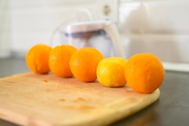 Linha de laranjas na cozinha