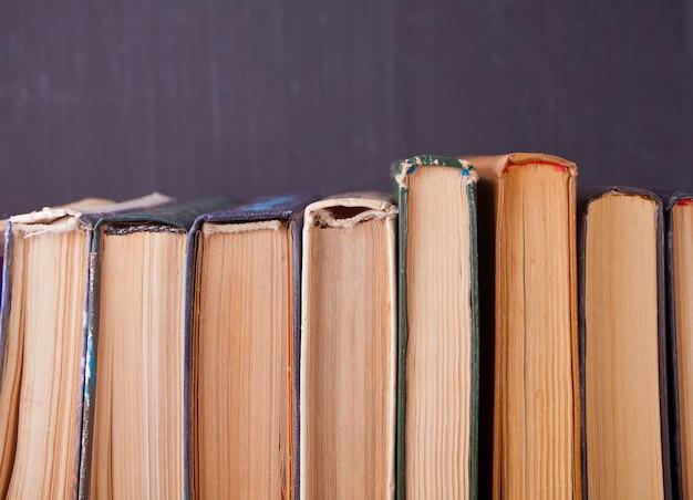 Linha de livros antigos no fundo do quadro de giz