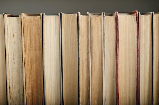 Linha de livros como pano de fundo, conceito de literatura