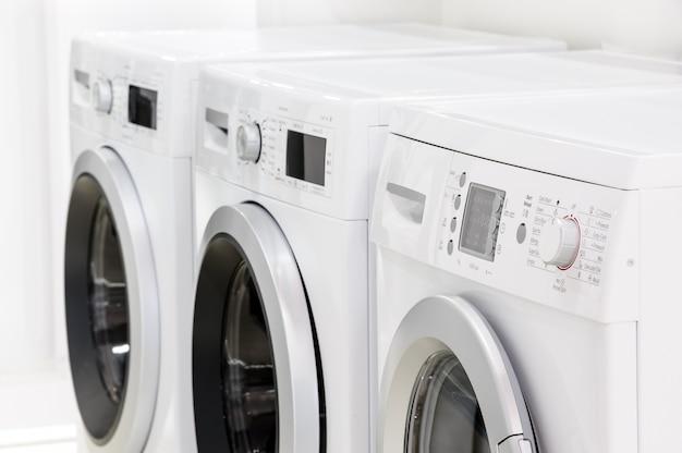 Linha de máquinas de lavar roupa
