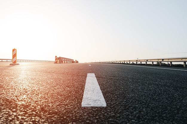 Linha de marcação branca na estrada de asfalto na rodovia close-up