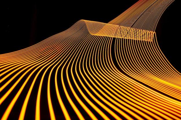 Linha de néon brilhante projetada de fundo, filmado com longa exposição, ouro amarelo