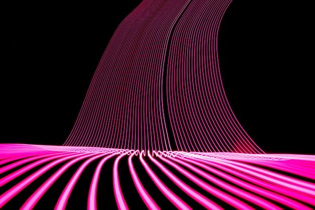Linha de neon brilhante projetada de fundo, filmado com longa exposição, rosa