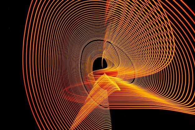 Linha de néon brilhante projetada fundo, filmado com longa exposição