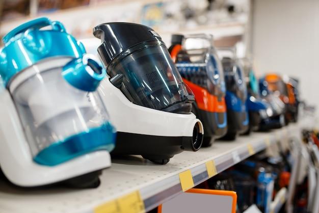 Linha de novos aspiradores de pó na prateleira da loja de eletrônicos, ninguém. venda de eletrodomésticos em supermercado