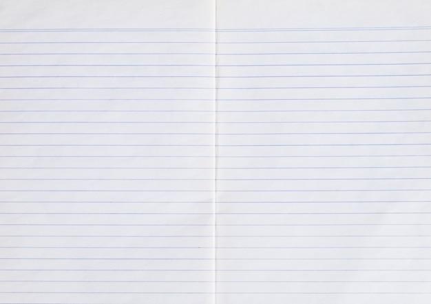 Linha de papel velho usado tomada e folha de caderno em branco