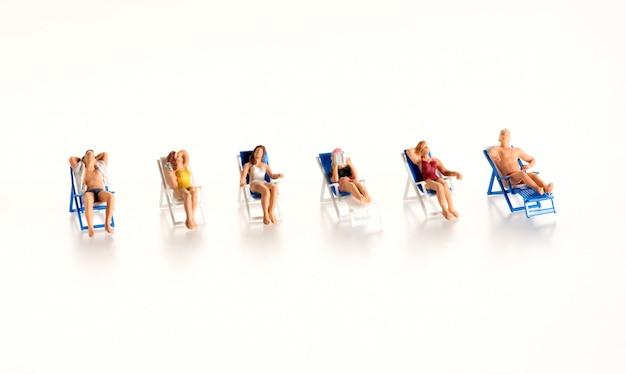 Linha de pequenas figuras nas férias de verão