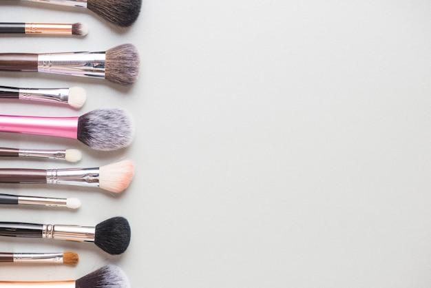 Linha de pincéis de maquiagem isolado no fundo branco