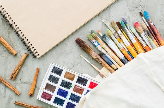 Linha de pincel de vista superior com paleta de aquarela