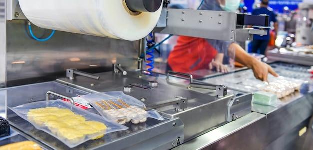 Linha de produção automática de alimentos em máquinas de equipamentos de correia transportadora na fábrica, produção industrial de alimentos