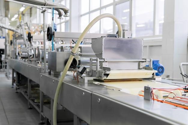 Linha de produção automatizada de bolachas de chocolate em fábrica de confeitaria