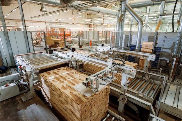 Linha de produção da fábrica de pisos de madeira. máquina automática para trabalhar madeira cnc.