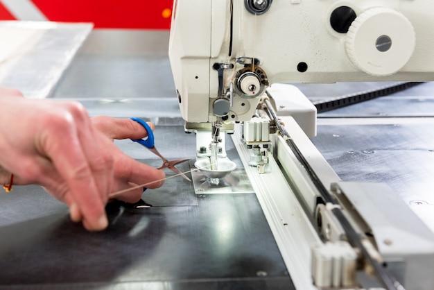 Linha de produção da indústria de tecidos. fábrica têxtil. processo de alfaiataria de trabalho