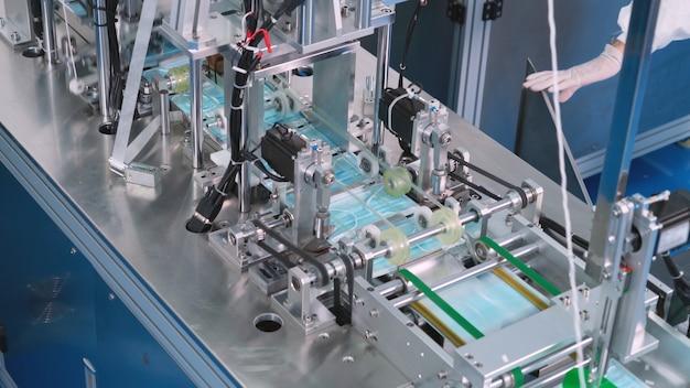 Linha de produção de máscara facial em fábrica moderna