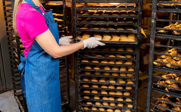 Linha de produção de pães. forno profissional de fábrica. produção industrial de alimentos.