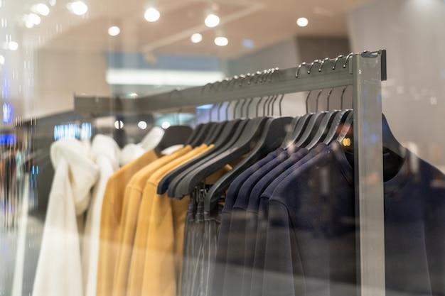 Linha de roupas na loja de óculos na loja de departamento de compras