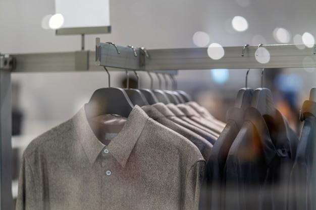 Linha de roupas na loja de óculos na loja de departamentos para compras
