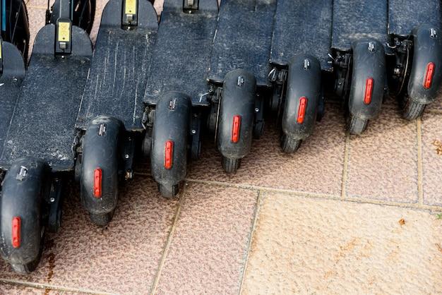 Linha de scooters elétricos para alugar em uma cidade turística e mobilidade urbana sustentável.