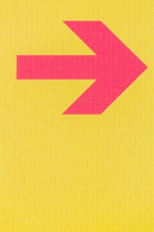 Linha de seta vermelha minimalista no espaço amarelo de fundo e cópia