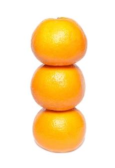 Linha de tangerinas laranja isoladas em branco.